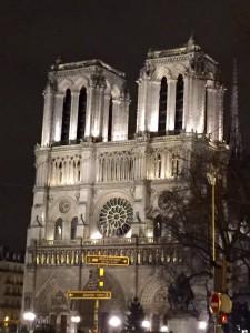 Foto noturna da Catedral de Notre-Dame em Paris