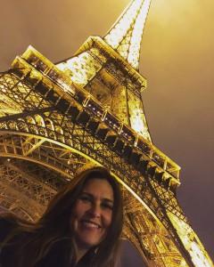 Dra. Luciana Lourenço em baixo da Torre Eiffel