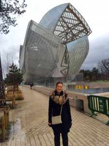 Dra. Luciana Lourenço em frente a Fundação Louis Vuitton