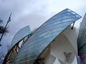 Vista externa da fundação Louis Vuitton mostrando sua arquitetura