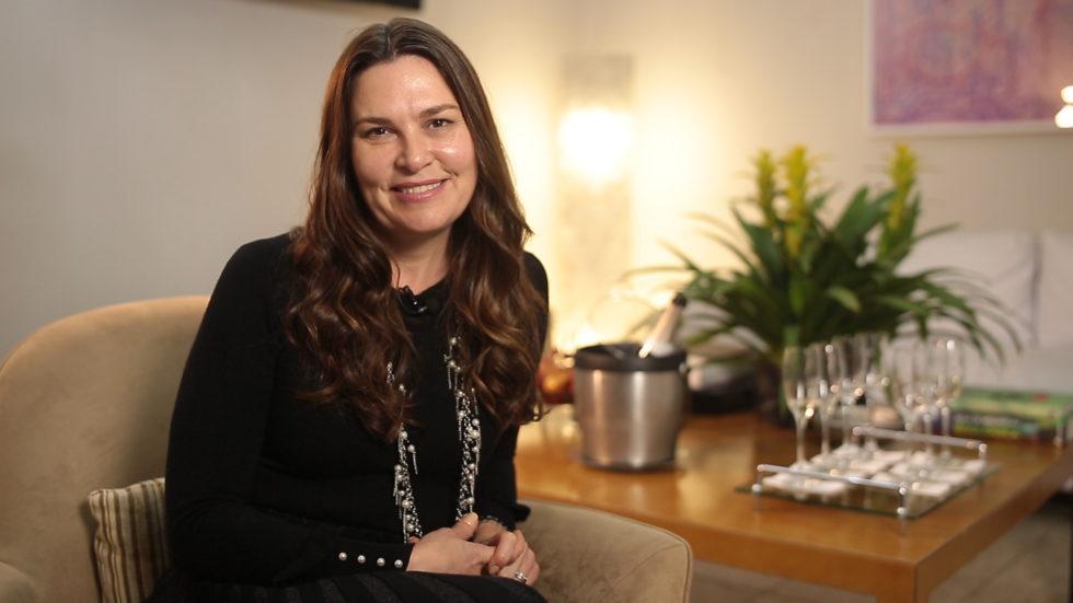 Dra. Luciana Lourenço fala sobre os tratamentos para o pescoço, podendo tratar problemas como rugas, flacidez, gordura localizada e manchas.